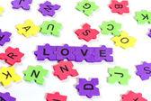 слова любви, с красочными пены головоломки на белом фоне — Стоковое фото