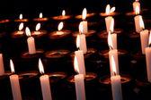 Hořící svíčky v kostele. — Stock fotografie