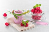 Raspberry yogurt with ripe raspberries — Stock Photo