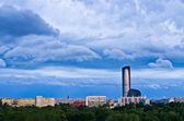 Drammatico cielo sopra la città — Foto Stock