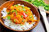 Curry met garnalen, groenten en bieslook — Stockfoto