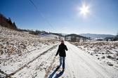 Vrouw op de weg in de winter — Stockfoto
