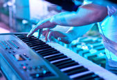 Man playing the synthesizer keyboard — Stock Photo