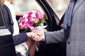 The guy gives girl a bouquet of flowers — Stock Photo