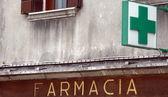 Negozio e segno di farmacia italiana — Foto Stock