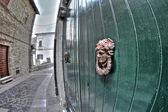 Drewniane drzwi budynku dawnej — Zdjęcie stockowe