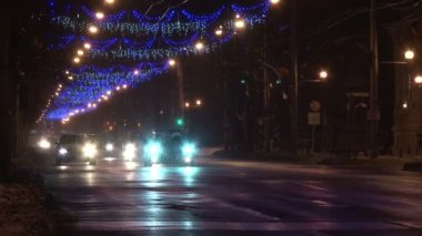 Christmas street lights and night traffic in Romania — Stock Video