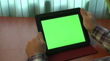 Man using digital tablet with a green screen (and alpha matte) — Stock Video