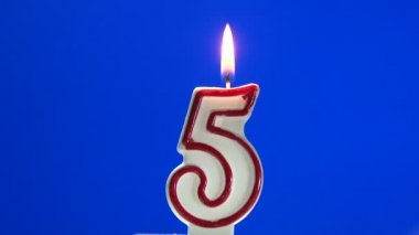Number 5 - five birthday candle burning - blow out at the end — Stock Video