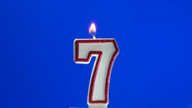 Number 7 - seven birthday candle burning - blow out at the end — Stock Video