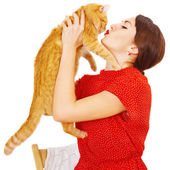 Beautiful brunette girl kissing a red cat — 图库照片