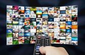 Panel lcd grande con imágenes de streaming de televisión y control de remonte — Foto de Stock