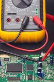 Elektronische schaltung und polimeter — Stockfoto