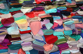 Deposito di tessuto con rotoli di tessuti colorati — Foto Stock