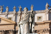 Statue of Apostle Paul with a sword in St. Peter's Square, Rome — Stock Photo