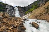 Landschappen met pittoreske waterval — Stockfoto