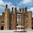 Patio of the source, Hampton Court Palace, London — Stock Photo #30873705