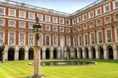 Patio del palacio de hampton court, londres — Foto de Stock