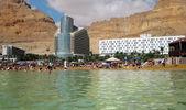 Turystów kąpać się w morzu martwym, Izrael — Zdjęcie stockowe