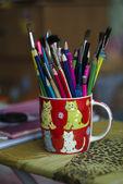 Staan met penselen en potloden — Stockfoto