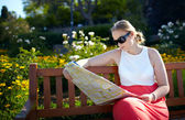 Girl reads the map outdoors — Stock Photo