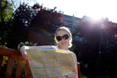 Girl reads the map outside — Stock Photo
