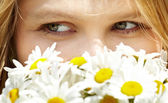Girl with camomiles. — Stock Photo