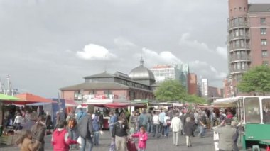Consumers at Hamburg Fischmarkt. — Stock Video