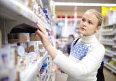Mujer en el supermercado. — Foto de Stock
