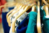 Hangers in de kledingwinkel. — Stockfoto