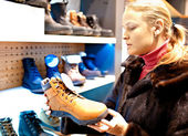 Woman in a shoe store. — Stock Photo