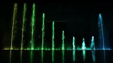 Dancing fountain show with reflection. — Stock Video