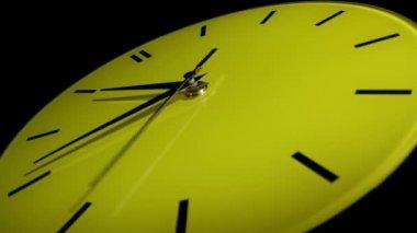 Zegar żółty. upływ czasu — Wideo stockowe