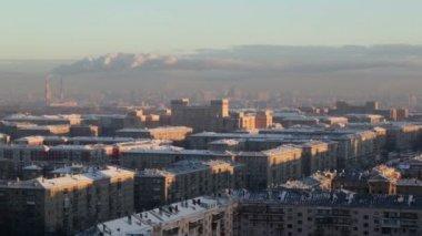 Wschód słońca nad miastem. w czasie rzeczywistym. miejski gród — Wideo stockowe