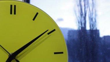 Reloj amarillo y la ciudad. lapso morning.time temprano — Vídeo de stock