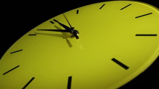 Horloge jaune. laps de temps lent — Vidéo