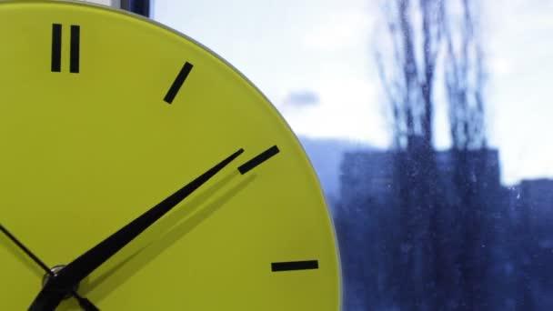 Horloge jaune et la ville. début morning.time déchéance — Vidéo