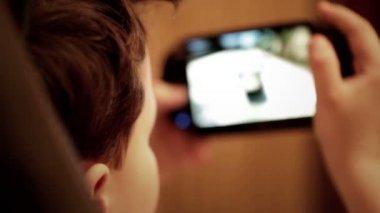 Adolescente sta giocando la sua console di gioco portatile — Video Stock