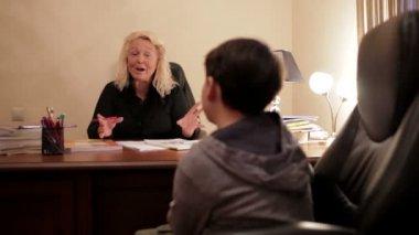 Profesora de inglés de mediana edad enseña fonética inglesa para el alumno. — Vídeo de stock