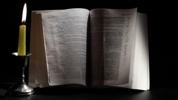 Bougie, vent et bible. — Vidéo
