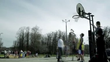 Teenagers playing basketball in a city park. time lapse — Stock Video