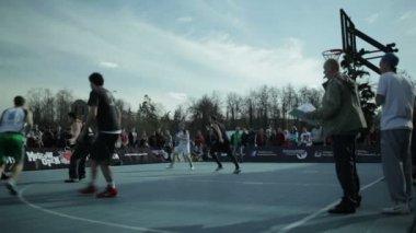 Adolescentes jugando al baloncesto en un parque de la ciudad — Vídeo de Stock