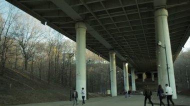 Köprünün altında — Stok video