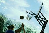 Playing basketball outdoors — Stock Photo