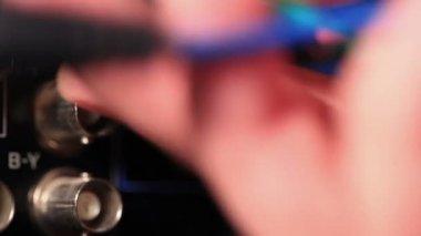 Insertar rgb cable de video componente a la grabadora profesional — Vídeo de stock