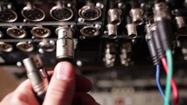 Wstawianie przewód komponentowy wideo do profesjonalny rejestrator rgb. piękne plecy światło. — Wideo stockowe