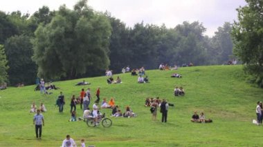 MOSCOW - JUNE 21: have a rest at the Colomenskoe park on June 21, 2013 in Moscow, Russia. — Stock video
