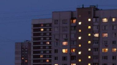 здания в ночное время. промежуток времени. — Стоковое видео