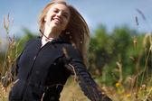 Szczęśliwa dziewczyna działa w dziedzinie — Zdjęcie stockowe