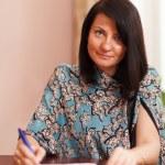 ノート書きに魅力的な女性 — ストック写真